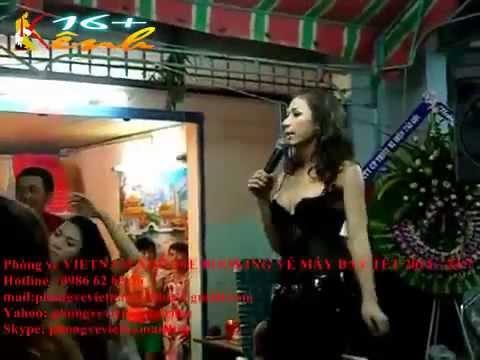 Bê Đê sexy hát trong đám ma