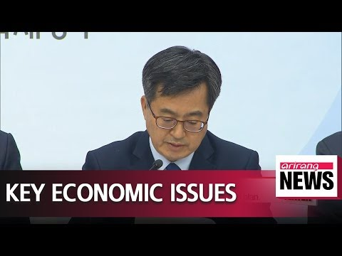 """Finance Minister briefs on 'GM crisis, forex intervention disclousure"""" to President Moon"""