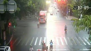 سائق دراجة نارية طائش يتسبب بطيران سائق دراجة هوائية يسير في اتجاه السير المعاكس