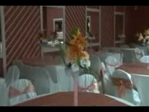 Salon decorado para xv anos color durazno youtube for Cubre sillas para 15 anos