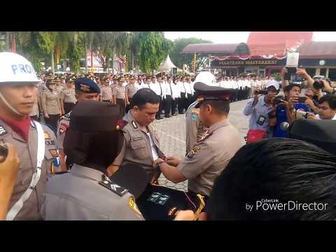 Dipecat karena melakukan tindak pidana, polisi ini menangis dicopot seragammnya oleh Kapolda Riau
