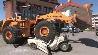 Hyundai vs Yugo 45 /excavator against car