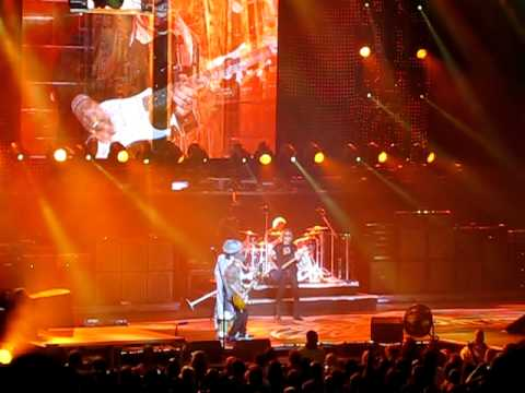 Steven Tyler falls off stage in Toronto - Aerosmit...