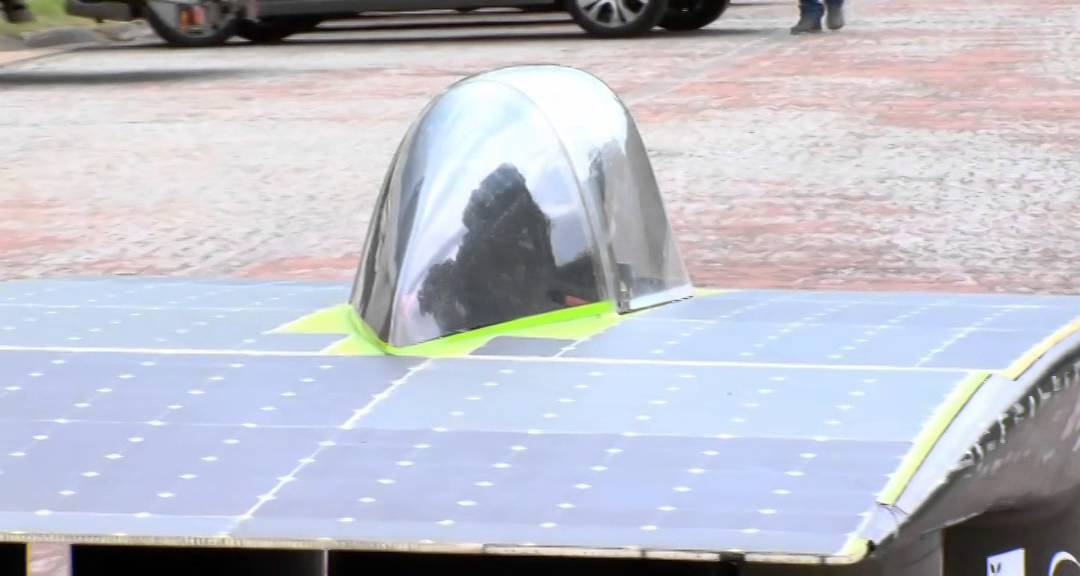 une-voiture-a-lenergie-solaire-en-demonstration-a-versailles