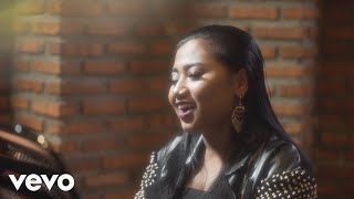 Maria Simorangkir's official lyric video for new single 'Yang Terba...