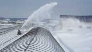 ビニールハウスの除雪が始まりました。 農家は早く苗を植える準備をし始...