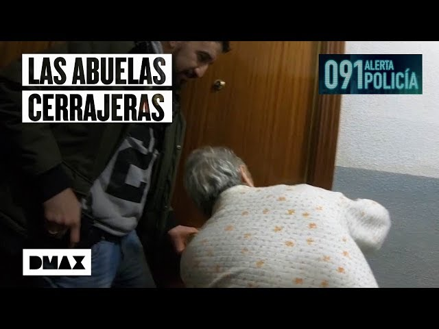 Unas ancianas muestran a unos agentes cómo abrir la puerta de un domicilio… sin llave
