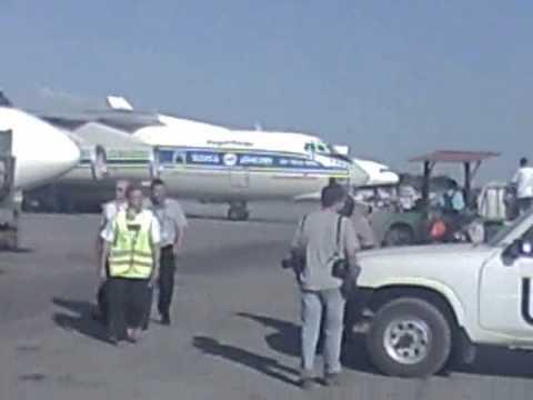 Arrivée d'un avion cargo de la Croix-Rouge française sur l'aéroport de Port-au-Prince en Haïti