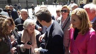 Pablo Casado visita Pamplona, donde le regalan una lata de espárragos