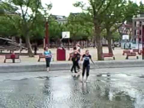 Meisjes doen raar in Amsterdam