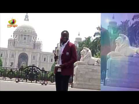 Darren Sammy, Stafanie Taylor Poses with ICC WT20 trophy Outside Victoria Memorial | Mango News