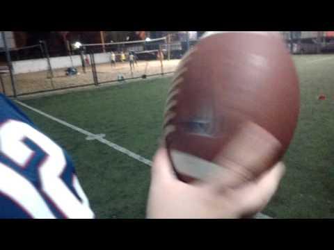 Como arremessar uma bola de futebol americano?