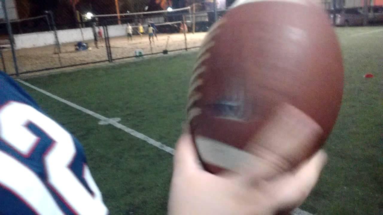 Como arremessar uma bola de futebol americano  - YouTube 1b09fa8bc4ec4
