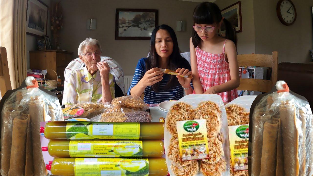 ชิมของฝากจากไทย คุณย่ากินทุเรียนกวนครั้งแรก อย่างหนึ่งชอบมากห่อใส่ถุงกลับบ้านด้วยเลย#thai lady