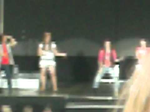jonas brother world tour 2010-toronto-alyson stoner teaching heart and soul dance