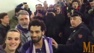 جماهير فيورنتينا تلتقط الصور مع محمد صلاح بعد مباراة انتر ميلان