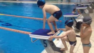 Процесс обучения детей в школе плавания Север