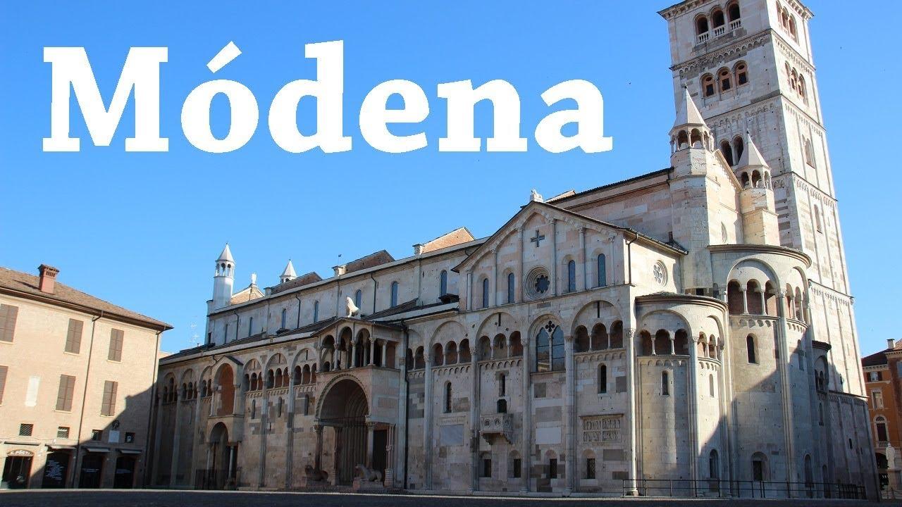 M dena y una calle llena de paraguas italia viajando for Be italia