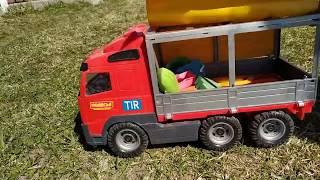 Машинка везет игрушки и падает с обрыва в воду
