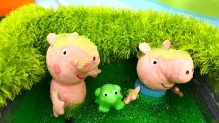 Пеппа! Плюшевые игрушки Peppa Pig и Джордж тонут в болоте! SOS! Игрушка Пеппа потеряла купальник!