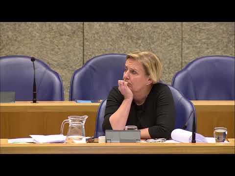 Bruins Slot (CDA) wijst Baudet (FvD) er op dat zij in Afghanistan vocht en hij in studeerkamer zat