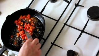 Зимняя яичница с замороженными помидорами и сыром