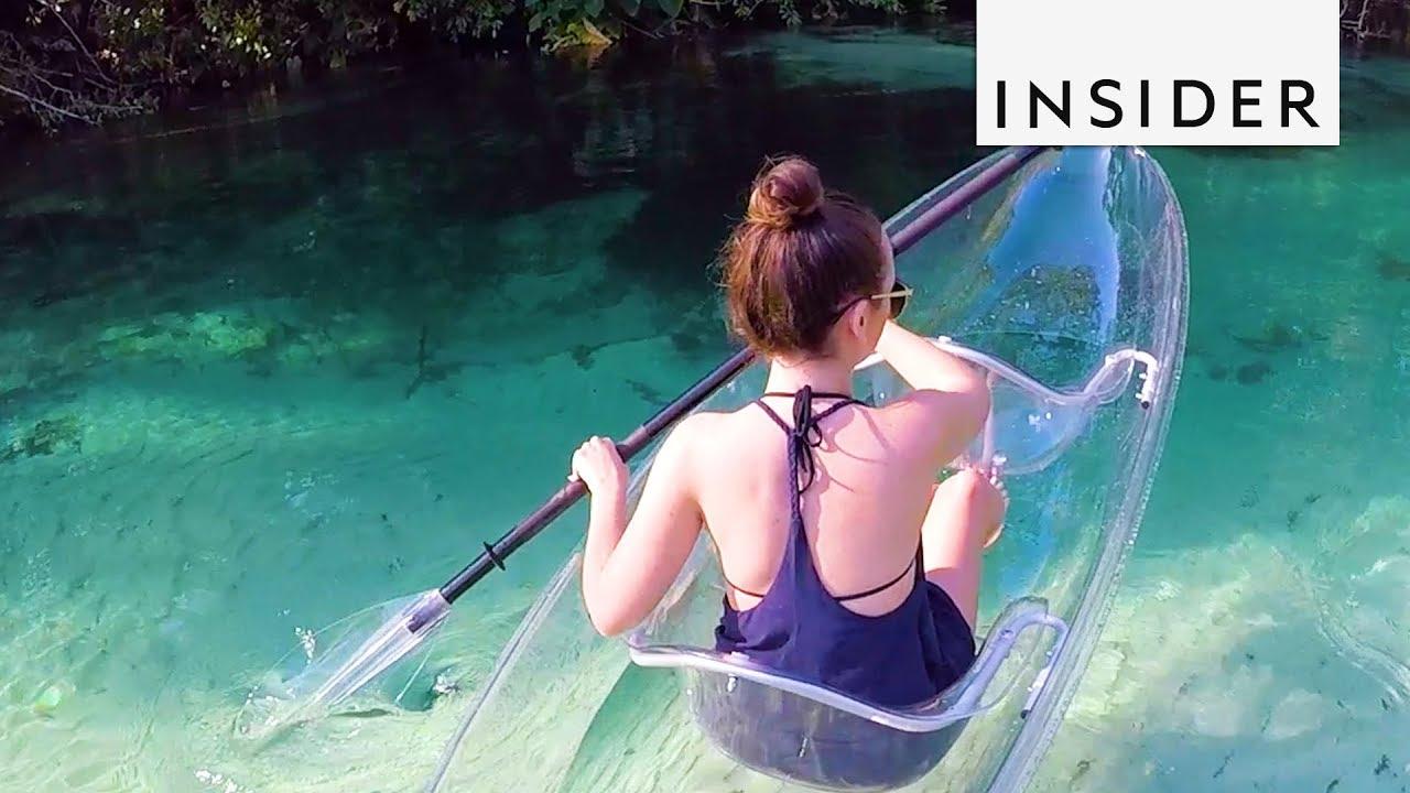 Кајакарење во проѕирен кајак низ кристално чисти води