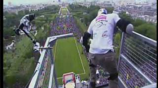 Прыжок с Эйфелевой башни!(30 мая 34-летний француз Taig Kris спрыгнул с Эйфелевой башни., 2010-06-21T01:28:58.000Z)