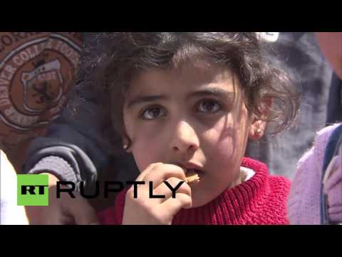 Syria: Al-Mushrifah residents receive aid from Russian personnel