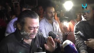 أحمد عزمي باكياً للمصورين أثناء جنازة خالد صالح: سيبونا في حالنا