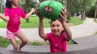 爆漿大西瓜 夏天當然要吃西瓜啊一起來爆頭吧!!! 多人玩水遊戲桌遊 一起吃好吃滿吧 玩具開箱一起玩玩具Sunny Yummy Kids TOYs thumbnail