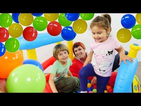 Как на Детской Площадке: Сухой БАССЕЙН С ШАРИКАМИ и Паровоз. Маша, Адриан и другие Дети играют.