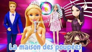 La fête d'anniversaire de Barbie. Vidéo avec les poupées pour enfants.