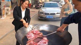 """美女穿制服,制作""""水锅脆皮狗肉"""",88元一斤,蘸上酱料吃,真美!【唐哥美食】"""