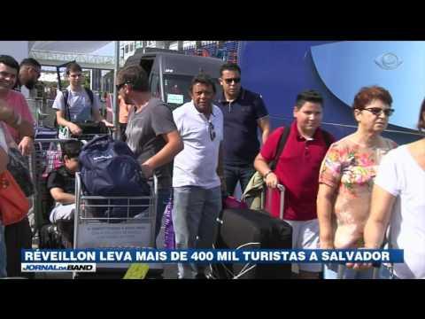Turistas invadem as ruas de Salvador