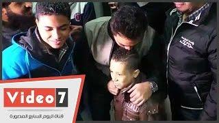 """تامر حسنى يقبل رأس طفل مصاب بفقر الدم عقب إطلاق مبادرة """"نبض الحياة"""""""
