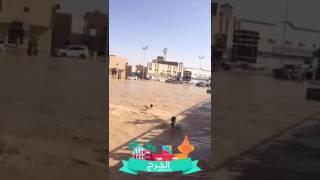 بالفيديو.. لقطات طريفة لشبان يسبحون في مياه الأمطار بالخرج وآخرين بالشرقية