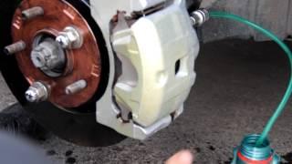 Замена переднего суппорта лансер 10, прокачка тормозов.