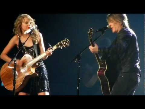 Taylor Swift and Johnny Rzeznik of the Goo Goo Dolls sing