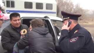 Полицейские вернули 3-х летнюю девочку матери