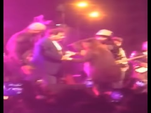 Видео, Atif Aslam Stops Concert to Save Girl Being Harassed VIDEO