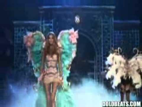 Rihanna Performs  Diamonds  On The Victoria Secret Fashion S