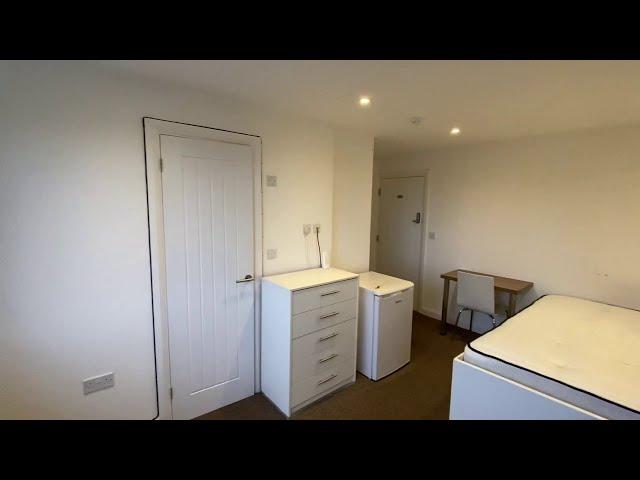 Top Floor Room with En-suite & Study Desk Main Photo