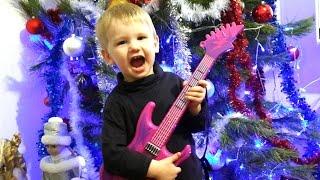 Веселое видео для детей - играем на гитаре игрушке и поем Video for kids toys(Играем на гитаре - игрушке с Петей и Катей, поем песни возле новогодней елочки Спасибо, что смотрите мое..., 2016-01-06T16:31:45.000Z)