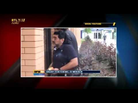 VI 16-05-11 - Gijp heeft grote lol om Maradona die voorbijganger door de benen speelt