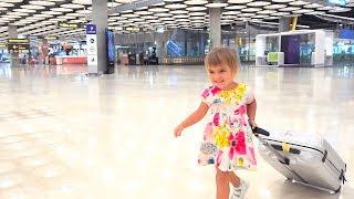 Оливия приехала в Мадрид Испания   Катаемся на карусели для детей и кормим уточек.