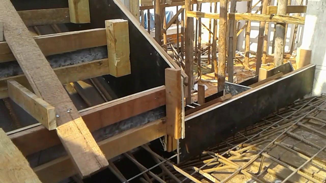 dde58705a Escada com patamar em balanço com forma e ferragem pronta para o concreto