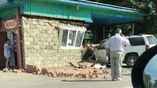 В Петровске водитель внедорожника протаранила остановочный павильон