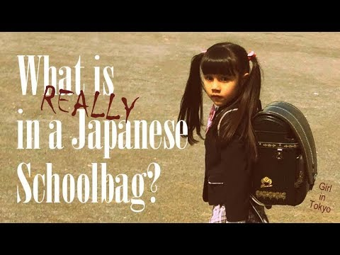 Girl in Tokyo - WHAT IS REALLY IN A JAPANESE SCHOOL BAG? 🎒 [日本の学校のバッグに入っていますか?]