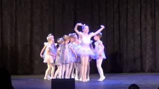 Детское выступление, белые снежинки, нежный зимний танец